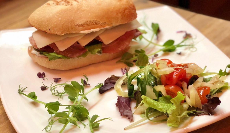 Sajtos prosciuttos szendvics salátával