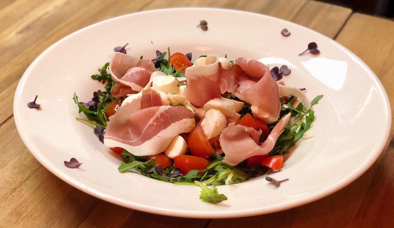 Mozzarellás prosciutto saláta